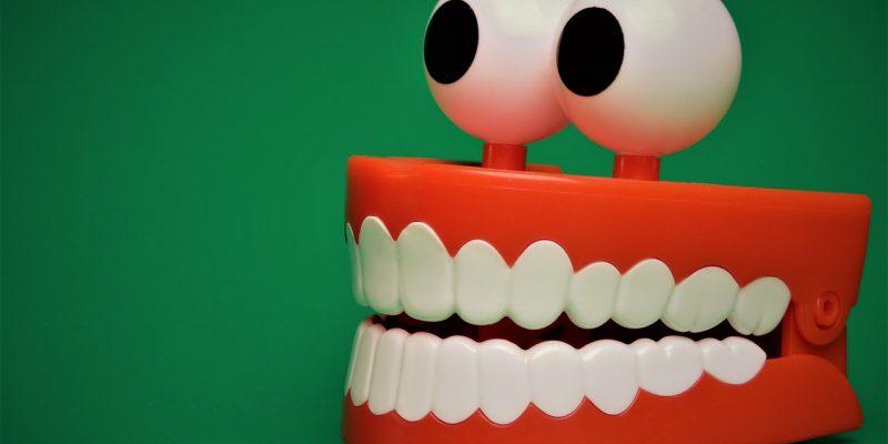 שיניים תותבות עם עיניים