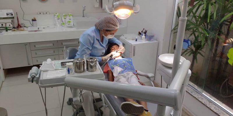 רופאת שיניים ומטופל