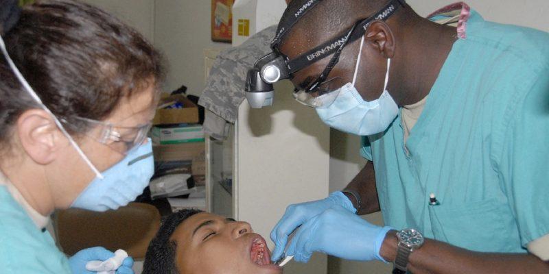 רופאי שיניים מנתחים מטופל